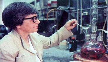 Chemist Stephanie Louise Kwolek at work. Source: DuPont/New York Times