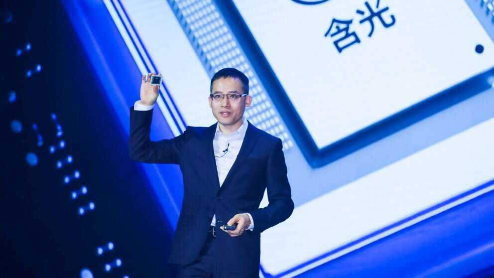 Jeff Zhang unveils the in-house developed Hanguang 800 AI inference processor for the cloud (Image source: Alibaba)